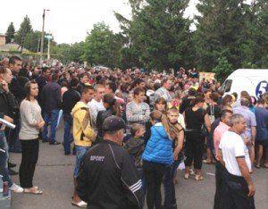 «Війна» з міліцією на Миколаївщині: райвідділ закидали каменюками та підпалили (ВІДЕО)