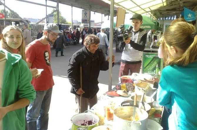 На автовокзалі тернополян пригощали їжею без м'яса