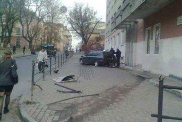У Тернополі іномарка врізалася в стіну поліклініки, потерпілий – у реанімації