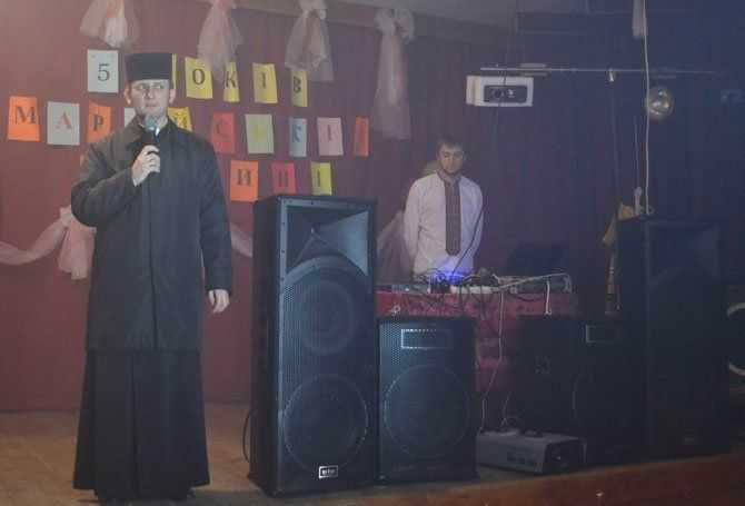 На дискотеці у Кальному молодь молиться