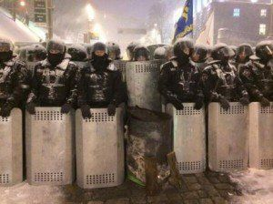 Солдати внутрішніх військ годинами стоять в оточенні і мочаться в штани
