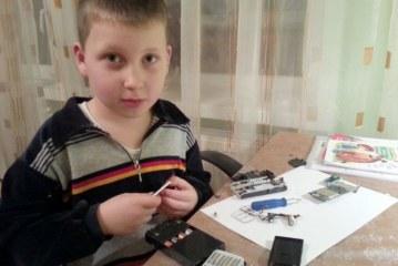 Восьмирічний школяр досліджує чудеса техніки