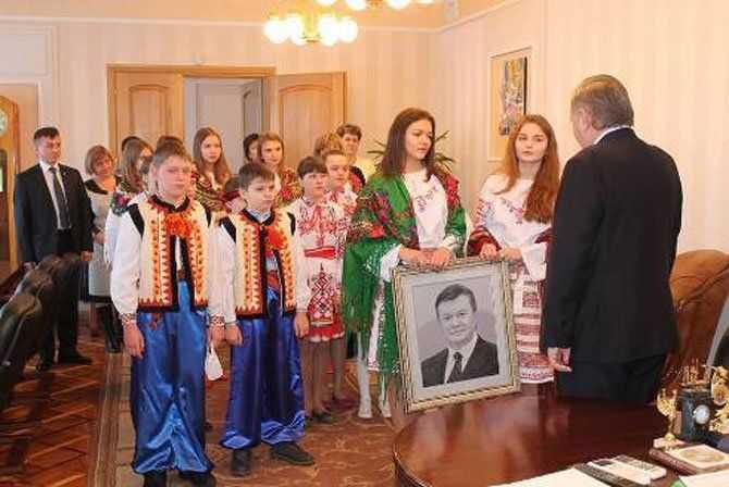 Скандальний портрет Януковича вишивали не діти, а родичка чиновника