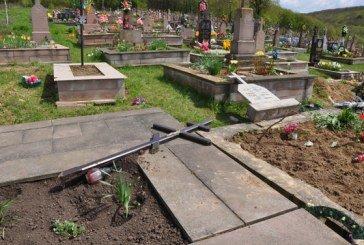 У Великдень на Тернопільщині бузувір потрощив 20 могил