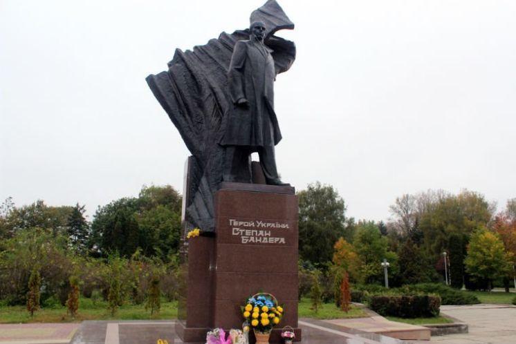 У Тернополі – провокації з пам'ятником Бандері: постамент облили зеленкою