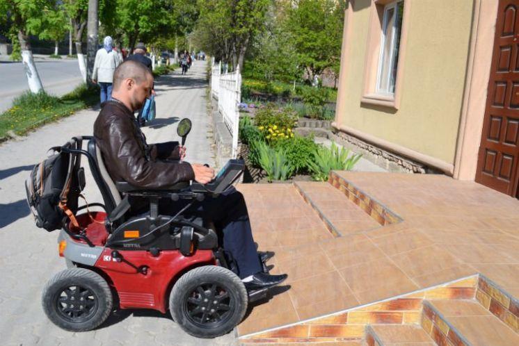 Бар'єри байдужості: хлопець у візку віддав пенсію для спорудження пандуса в лікарні