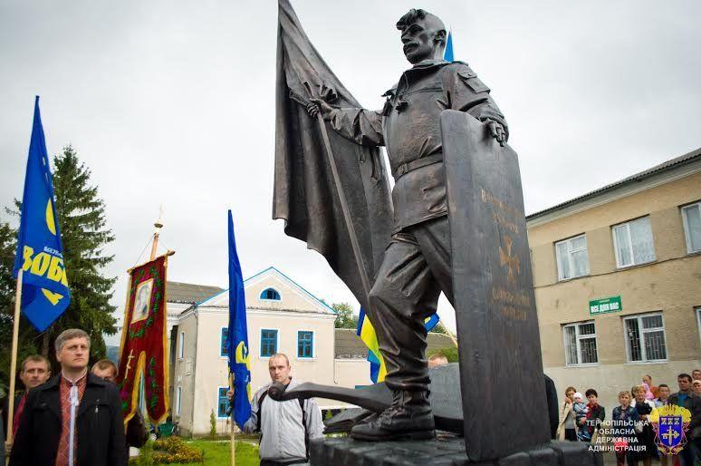 Сашко Капінос постав у центрі рідного села зі щитом та бандурою