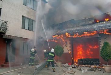 У Тернополі через пожежу в гаражі ледь не згорів житловий будинок