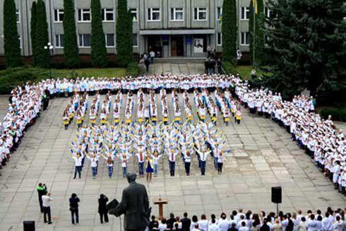 Чортківські студенти утворили велетенський прапор