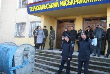 У Тернополі активісти «Правого сектора» пікетують міськрайонний суд