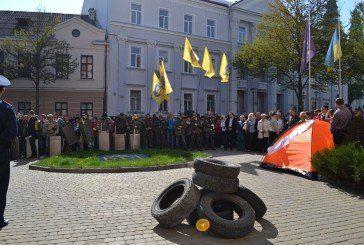 До Тернопільської міськради принесли шини та драбину