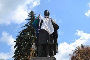 Тернопільські пам'ятники одягнули в фартухи (фото)