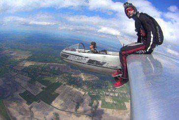 Тернопільський екстремал здійснив неймовірний політ: зістрибнув із… крила планера (ФОТО, ВІДЕО)