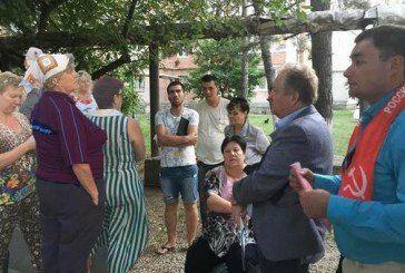 Депутат Держдуми РФ домалював людей на фотографіях зустрічі з виборцями (ФОТО)