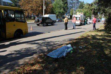 У Тернополі маршрутка смертельно травмувала працівницю ЖКГ, яка прибирала вулицю (ФОТО)