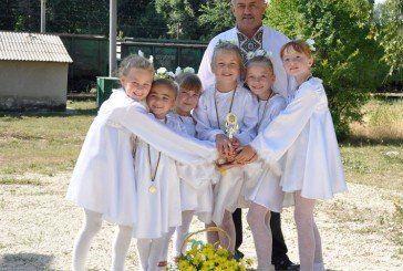 На кам'янистій сільській дорозі діти танцювали «Молитву» за Україну