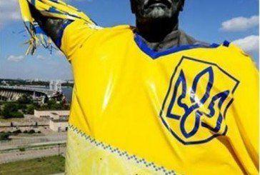 В Запоріжжі Леніна вдягнули у футболку збірної України (ФОТО)