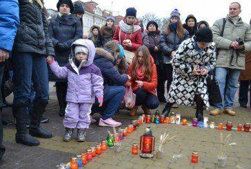На Театральному майдані тернополяни запалили свічки пам`яті та скорботи за жертвами Голодомору (ФОТОРЕПОРТАЖ)
