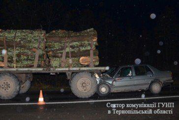 На Кременеччині легковик врізався в лісовоз. Є потерпілі (ФОТО)