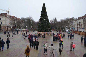 Святковий настрій та позитивні емоції: у центрі Тернополя відбувся парад помічників Святого Миколая