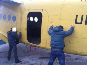 На Кременеччині прикордонники та СБУ затримали контрабандистів з рекордною партією цигарок на борту приватного літака (ФОТО)