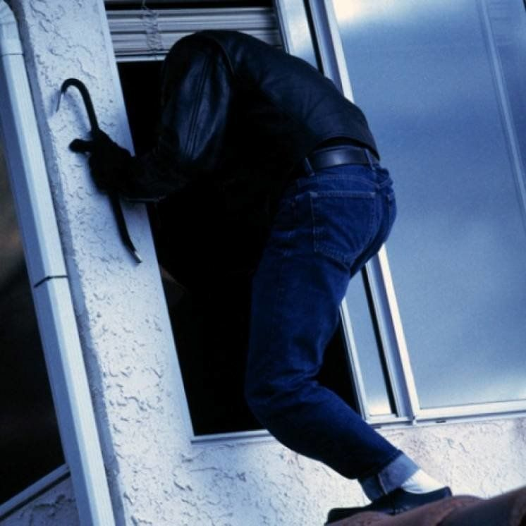 У Тернополі злодій заліз до квартири через незачинене вікно першого поверху