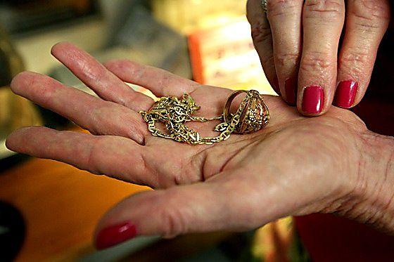 У Бережанах шахраї виманили у пенсіонерки золота на велику суму