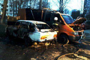 У Тернополі, на вул. Корольова, горів «Москвич». Вогонь пошкодив «Мерседес Спринтер» і «Volkswagen Caddy» (ФОТО)