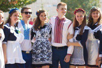 Одинадцятикласниця Тернопільської ЗОШ з'ясовувала, у скільки цього року обійдеться випускний бал