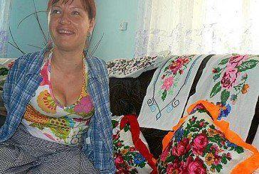 На Тернопільщині жінка без рук виховує дітей, вишиває та робить макіяж
