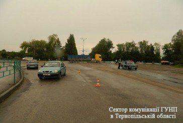 У Борщові легковик врізався у вантажівку. Є загиблі (ФОТО)