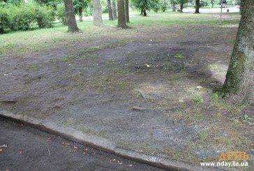 У Тернополі центральний парк виглядає, як після нашестя орди (ФОТОРЕПОРТАЖ)