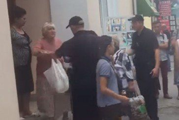 У Тернополі бабця яка торгувала петрушкою покусала поліцейського (ВІДЕО)