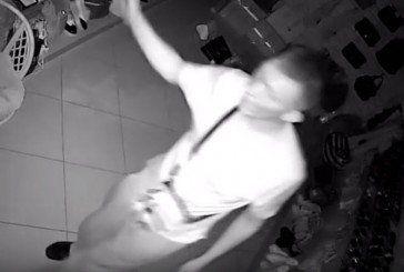 Цей чоловік розбив вікно у магазині на вулиці Мазепи в Тернополі й викрав речі. Як його ім'я? (ВІДЕО)