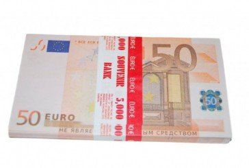 У Тернополі, на ринку, шахрай розрахувався з жінкою за саджанці сувенірними євро, ще й здачі отримав