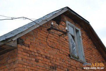 Життя без світла: на Тернопільщині родина вже 8 років не може підвести електроенергію до своєї оселі (ФОТО)