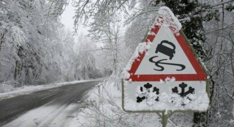 Дорожники під час аномальних опадів витягнули на «трьох горах», що на Монастирищині, майже 30 фур
