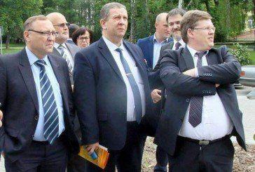 Чиновники, прикривши вишиванками свої животи, заглядають в рот збіднілим українцям