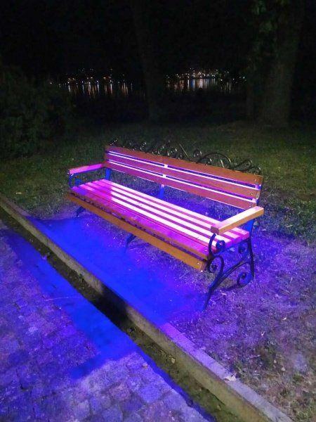 На «Острівку кохання» у Тернополі з'явилась лавка, яка змінює свій колір (ФОТО)