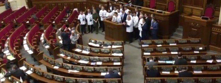 Нардепи отримують великі гроші за неробство, а українці «затягують паски» до «осиної талії»