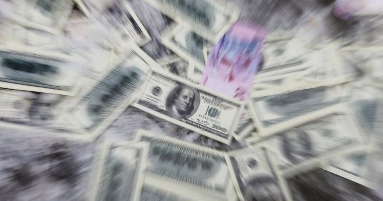 Українці активно скуповують долари: літаки, які завозять готівку, збільшили кількість рейсів