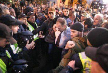 Нардепа з Тернопільщини Олега Барну побили та обплювали під стінами Ради (ФОТО, ВІДЕО)