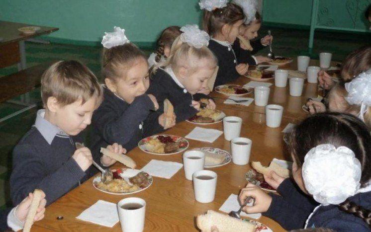 Харчування дітей у початкових класах хочуть зробити платним