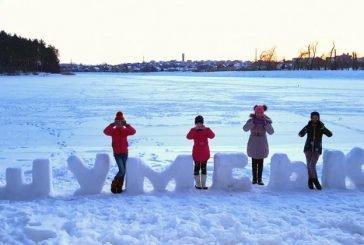 Подружжя шумчан виліпило зі снігу незвичайний напис (ФОТО)
