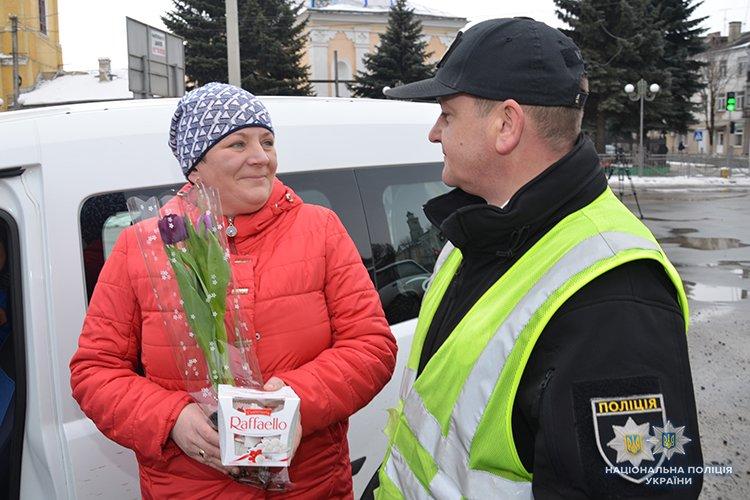 Поліцейські Теребовлянщини романтично вітали жінок-водіїв із святом Весни (ФОТО)