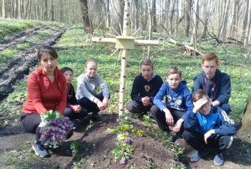 Школярі з Борщівки облаштували могилу бійця УПА у Чорному лісі (ФОТО)