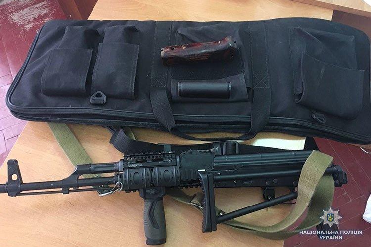 Мешканець Гусятинщини зберігав у себе вдома автомат та рушницю (ФОТО)