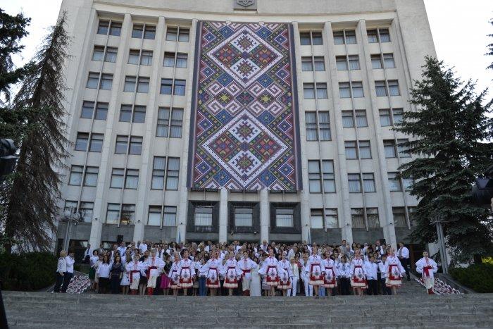Понад п'ятсот держслужбовців сьогодні прийшли на роботу у вишиванках (ФОТОРЕПОРТАЖ)