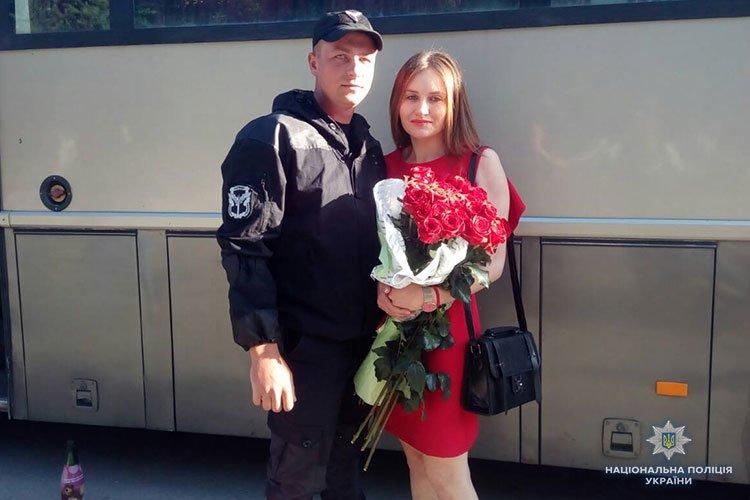 Такого радісного повернення з відрядження на Сході у Тернополі ще не було: боєць батальйону запропонував коханій серце і руку (ФОТО)