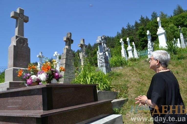 Племінниця Блаженнішого Любомира Гузара приїхала на Тернопільщину з Канади, щоб помолитися на могилі прадідуся (ФОТО)
